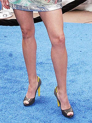 Which mom showed off her killer legs at the premiere of her animated movie?