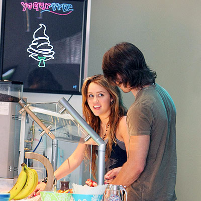 GRABBING FROZEN YOGURT photo | Miley Cyrus