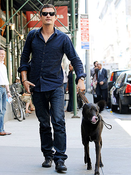 WALKING HIS DOG photo | Orlando Bloom