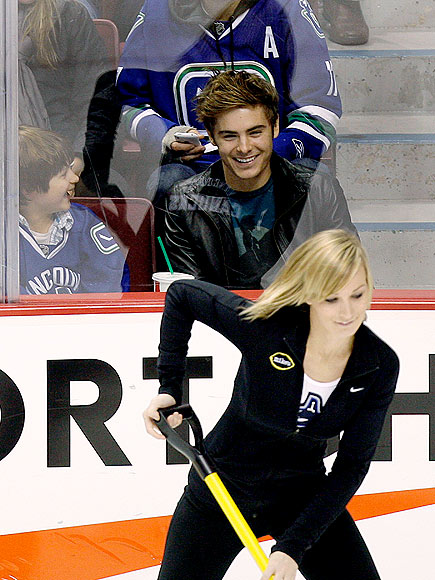 WATCHING HOCKEY photo | Zac Efron