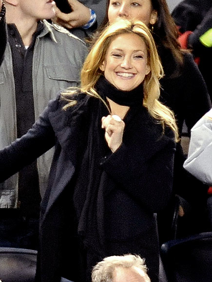 WATCHING BASEBALL photo | Kate Hudson