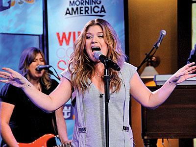 SINGING SENSATION photo | Kelly Clarkson