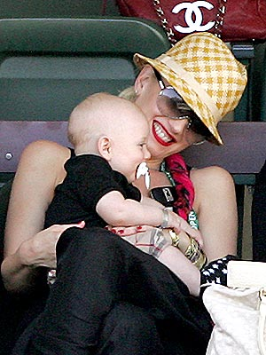 COURTSIDE CUDDLE photo | Gwen Stefani