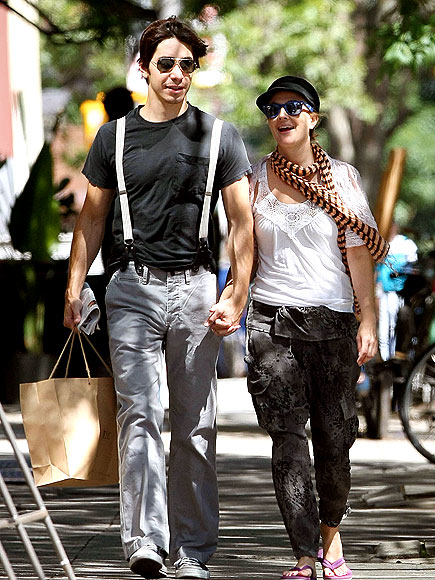 HAND IN HAND photo | Drew Barrymore, Justin Long