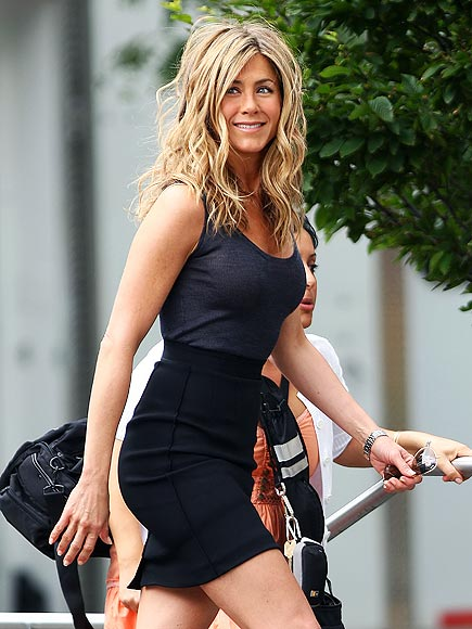 SEXY STRUT photo | Jennifer Aniston