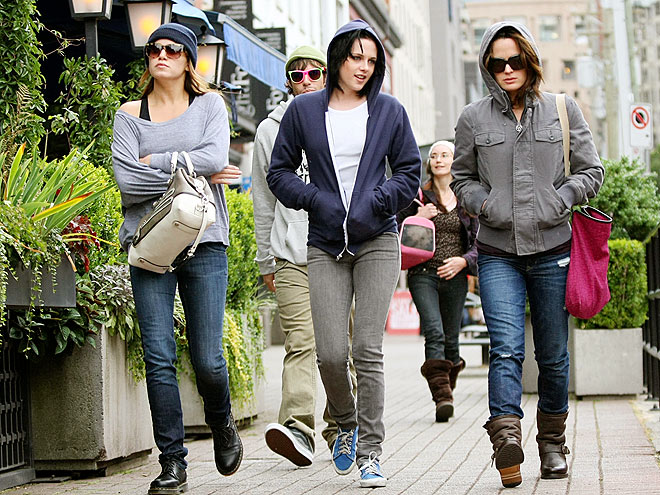 BUNDLED UP photo | Elizabeth Reaser, Kristen Stewart, Nikki Reed