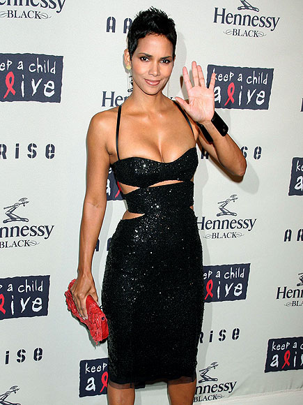 Star Tracks: Friday, October 16, 2009 - BELLE OF THE BALL - Halle Berry : People.com :  halle berry fabulous figure hello