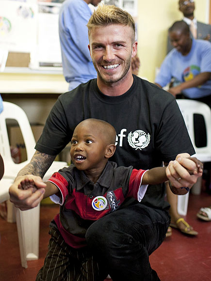 HELPING HANDS photo | David Beckham