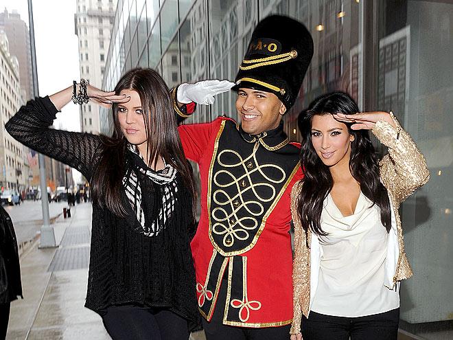 SALUTING SISTERS  photo | Khloe Kardashian, Kim Kardashian