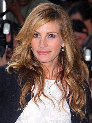 "Julia Roberts on Her Pink Streaks: ""My Kids Like It!"""