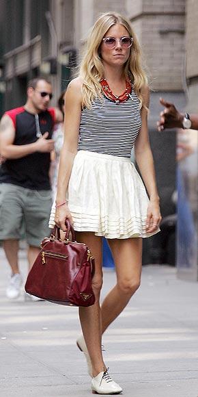 Сиенна Миллер с сумочкой от Prada.