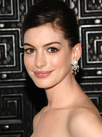 ANNE'S GLAMOUR-GIRL MAKEUP photo | Anne Hathaway