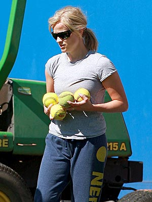 REESE WITHERSPOON'S SWEATS  photo | Reese Witherspoon