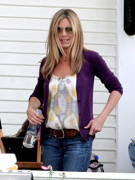 JENNIFER ANISTON&#39;S TANK AND JEANS photo | Jennifer Aniston