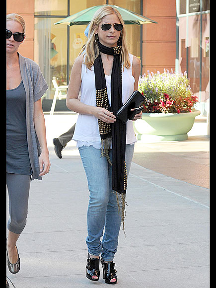 SARAH MICHELLE PRINZE'S SCARF photo | Sarah Michelle Gellar