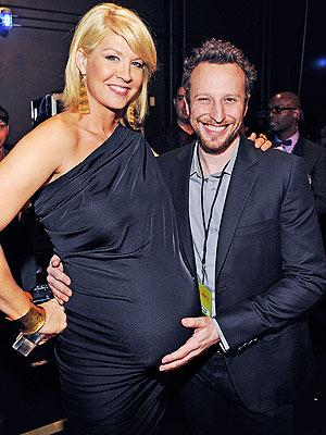 Jenna Elfman S Belly Measures Up Moms Amp Babies