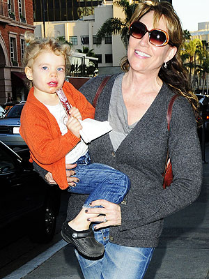 Katey Sagal Carries Her Curly-Haired Cutie – Moms & Babies ...