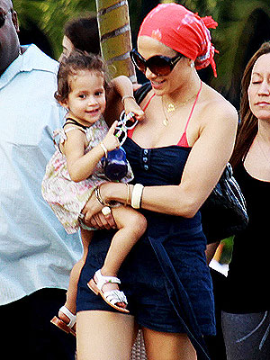 Jennifer Lopez Children on Jennifer Lopez And Kids Kick Back Poolside     Moms   Babies     Moms