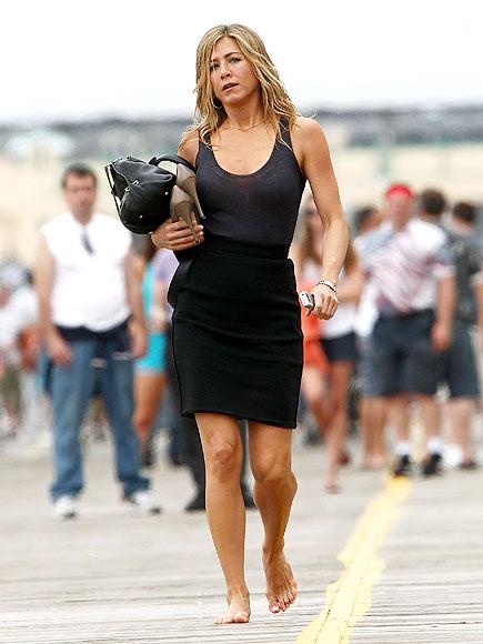Jennifer aniston 39 s jet setting 40s barefoot on the boardwalk - Jennifer aniston barefoot ...