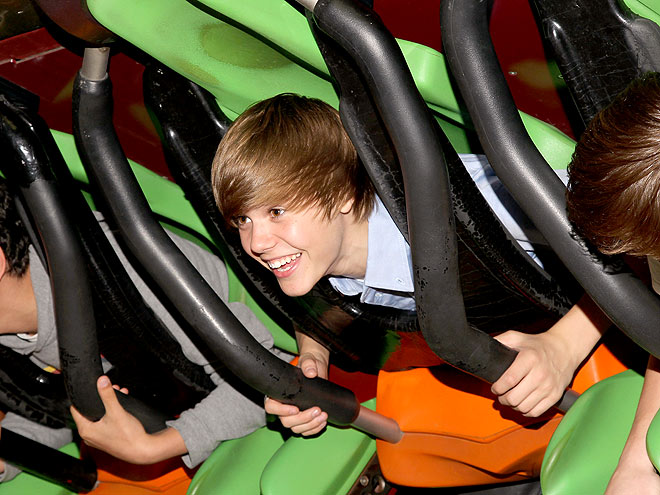 Roller Coaster Justin Bieber Cover Off-Duty Hollyw...