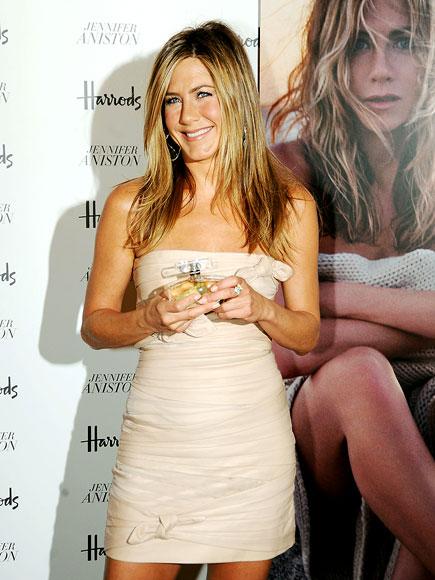 MAKING PERFUME photo | Jennifer Aniston
