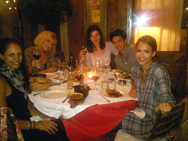 FAMILY DINNER photo | Jessica Alba