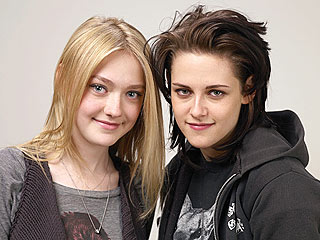 Kristen Stewart & Dakota Fanning Join Joan Jett on Stage