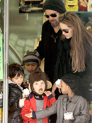 Angelina, Brad and Twins Play 'Tourist' in Venice| Angelina Jolie, Brad Pitt