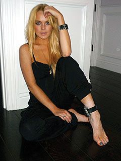 PHOTO: Lindsay Lohan Shows Off Alcohol-Monitoring Bracelet | Lindsay Lohan
