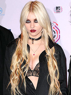 Taylor Momsen Gets Booed in Scotland