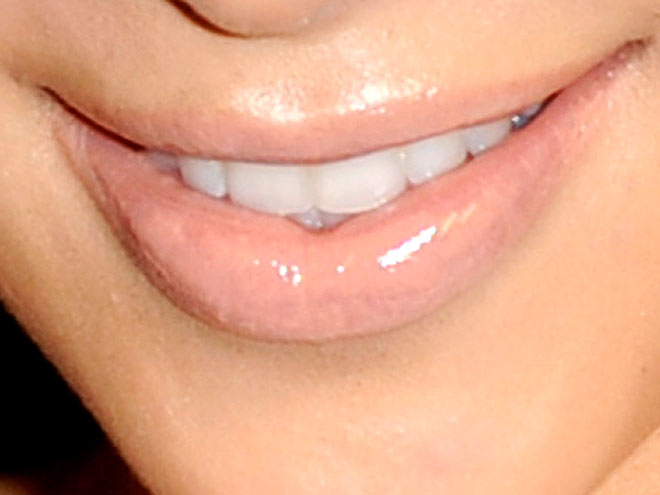 Which Kardashian opted for a pale pucker?