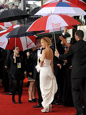 Stars Get Rained On, But Maintain Sunny Outlook at Globes   Kate Hudson