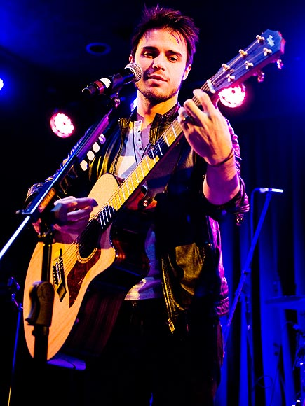 HIGH STRUNG photo | Kris Allen
