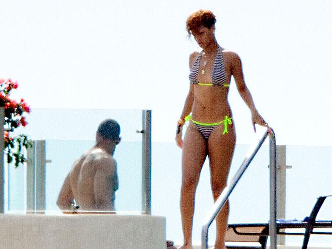 HEATING UP photo   Rihanna