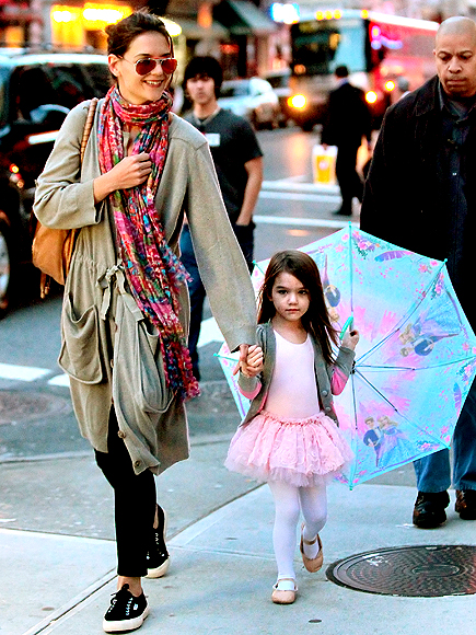 SIDEWALK STRUT photo | Katie Holmes, Suri Cruise