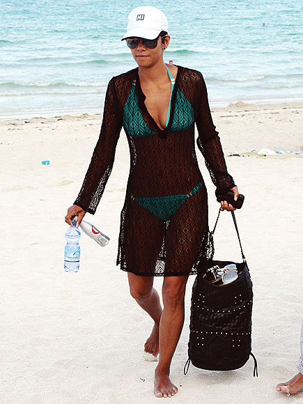 Beach Baggin' It photo | Halle Berry