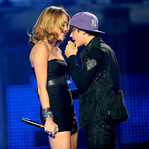 SURPRISE SERENADE photo   Justin Bieber, Miley Cyrus