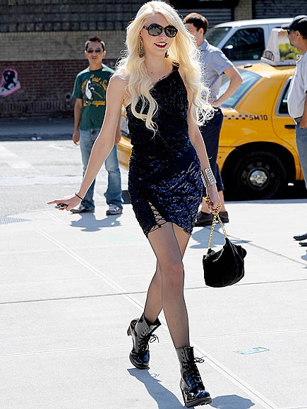 'J' WALKING photo | Taylor Momsen