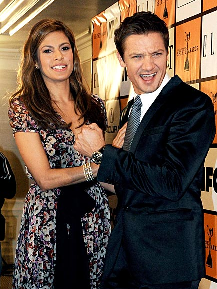 GETTING HANDSY photo | Eva Mendes, Jeremy Renner