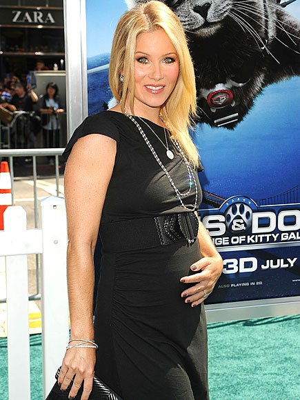 CHRISTINA'S STRESS-FREE BUMP STYLE photo | Christina Applegate