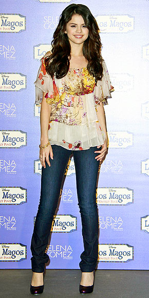 selena gomez style 2010. SELENA GOMEZ photo   Selena
