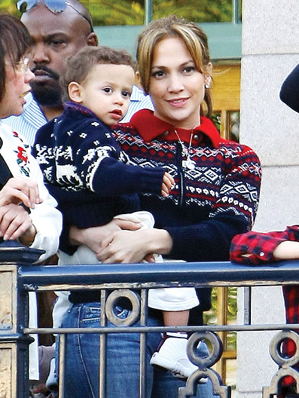 JENNIFER LOPEZ'S SWEATER photo | Jennifer Lopez
