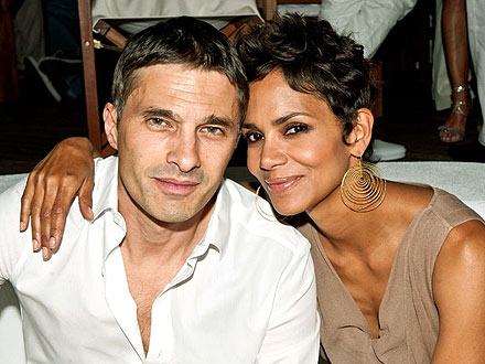 Couples Watch: Halle & Olivier's Sweet Snuggle in Vegas | Halle Berry, Olivier Martinez