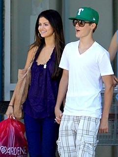 Justin Bieber & Selena Gomez's PDA-Filled Shopping Trip