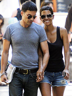 halle berry 300 Te Amo! Halle & Olivier Jet to Spain with Nahla