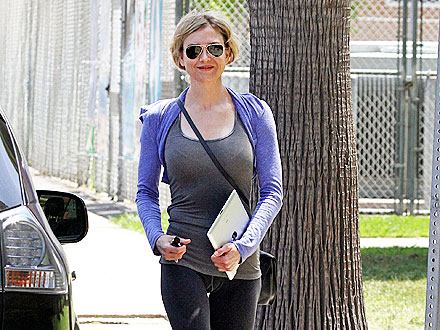 Ren&#233;e Zellweger Drops Off Her Laundry in L.A. | Renee Zellweger