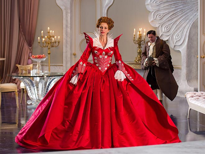 THE QUEEN'S BIG ENTRANCE