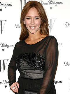 Jennifer Love Hewitt Gets the Party Started – Early!