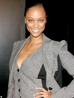 Tyra Banks Dines Poolside in Miami   Tyra Banks