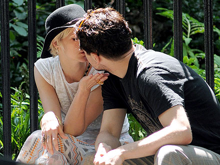 Ashlee Simpson Spotted Kissing Vincent Piazza| Couples, Ashlee Simpson, Pete Wentz